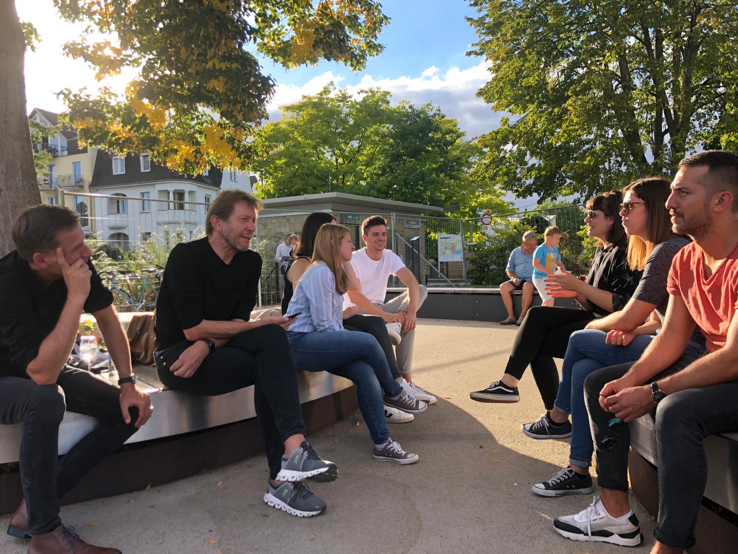 Das Team von Bitsch+Bienstein Architekten aus Wiesbaden bei einem Büroausflug an den Rhein bei Eltville