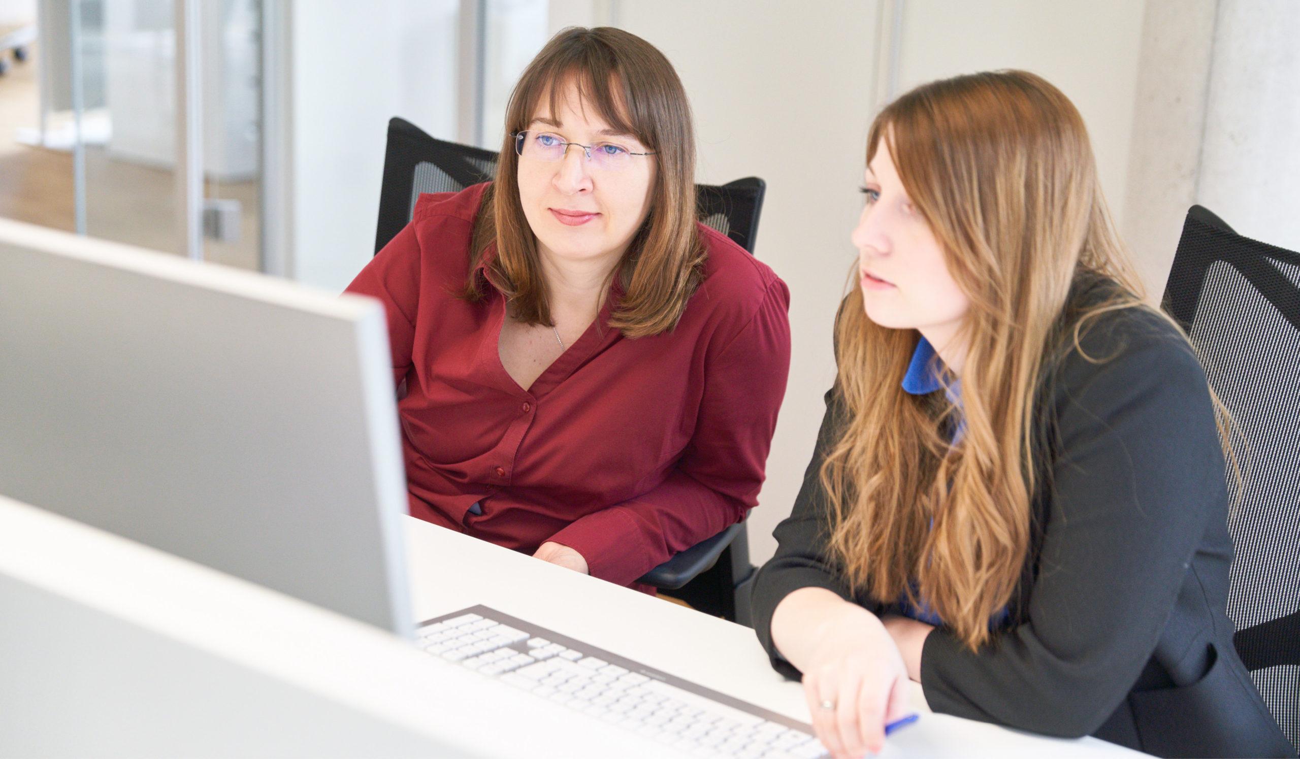 Zwei Mitarbeiterinnen bei einer Besprechung im Büro Bitsch+Bienstein Architekten in Wiesbaden