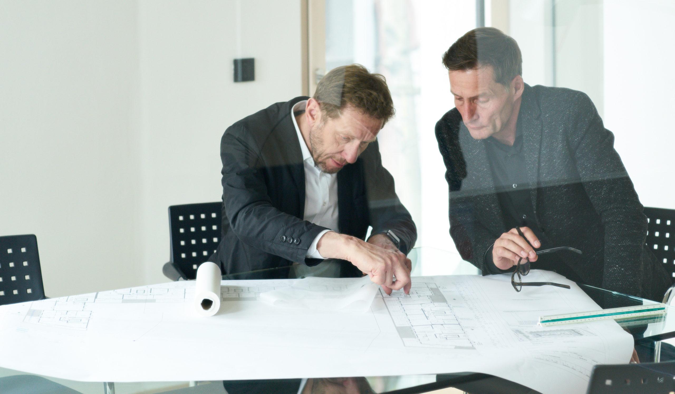 Peter Bitsch und Burkhard Bienstein im Besprechungsraum von Bitsch+Bienstein Architekten in Wiesbaden